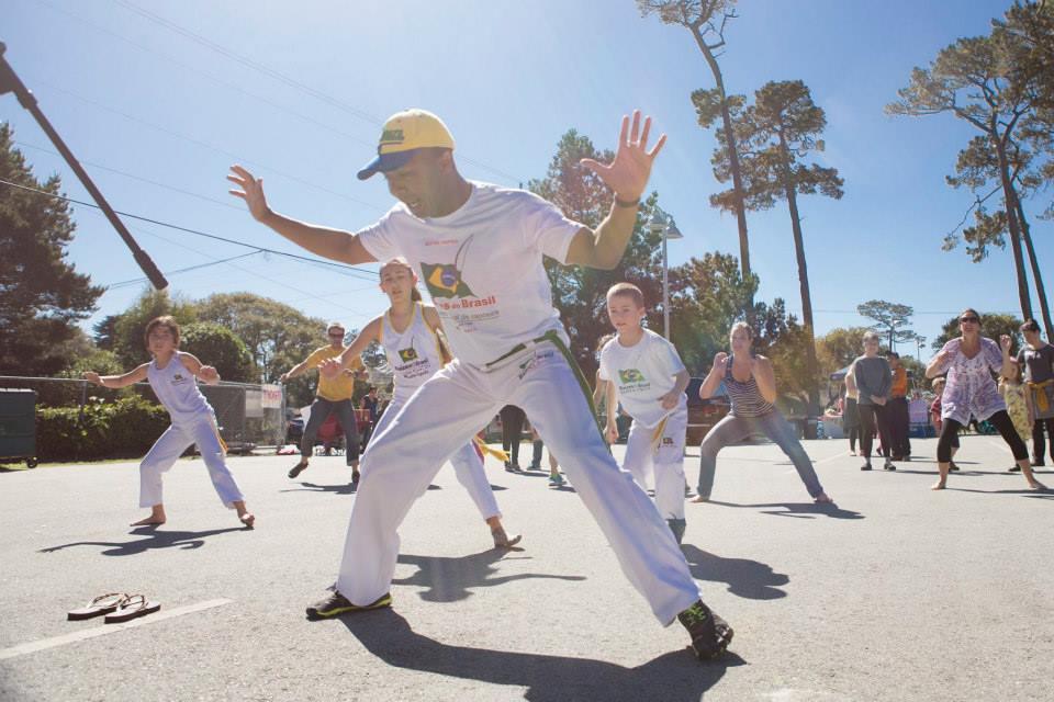 capoeira-class-outdoors-banda